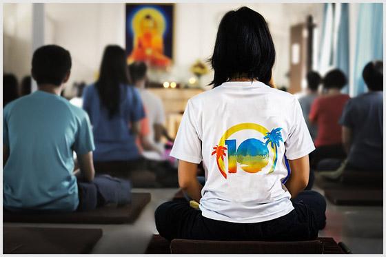 Люди медитируют