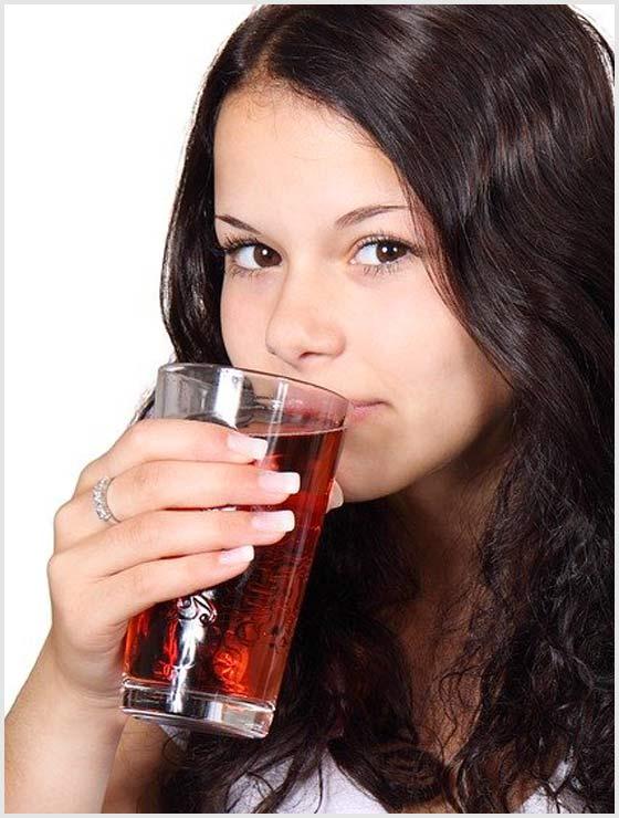 Женщина пьет морс